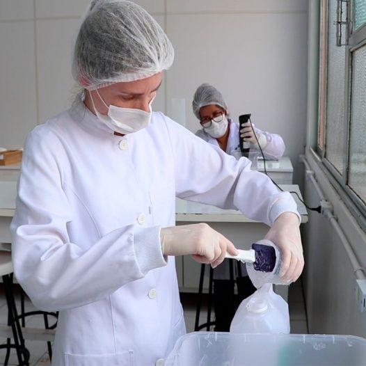 Álcool em gel em produção